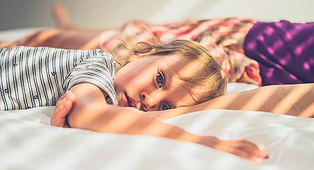 Ragazzo sdraiato sul letto