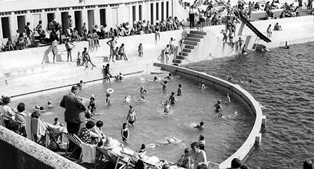 Scena del 1960 di persone presso la piscina Penzance in Cornovaglia, Inghilterra