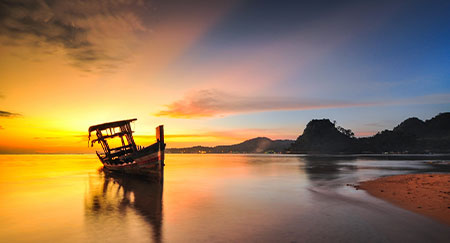 Una imagen al amanecer de un tongkang en Camboya con mucho espacio para texto