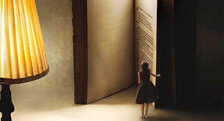 Surrealer Moment einer Frau beim Öffnen eines riesiges Buches