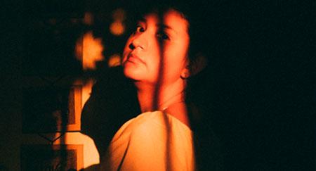 Portrait einer Frau im Schatten zu Hause