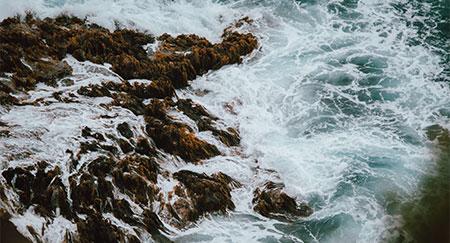 Agua blanca que se estrella contra las rocas