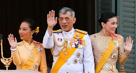 Il re della Thailandia Maha Vajiralongkorn, la regina Suthida e la principessa Bajrakitiyabha appaiono sul balcone della Suddhaisavarya Prasad Hall nel Grand Palace.