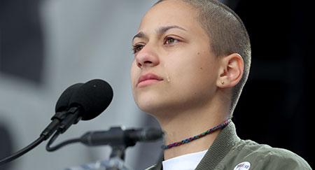 La estudiante graduada en Marjory Stoneman Douglas, Emma González, da un discurso durante la Marcha por nuestras vidas sobre endurecer la legislación en materia de control de armas