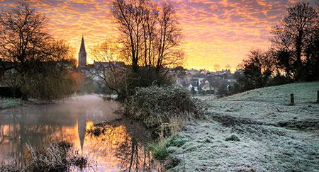 Una splendida alba gelida su Malmesbury, Regno Unito.