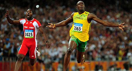 Usain Bolt aus Jamaica (R) beim Überholen von Richard Thompson aus Trinidad und Tobago, um den 100-Meter-Lauf der Männer des Leichtathletikwettbewerbs im Nationalstadion bei den Olympischen Spielen 2008 in Peking zu gewinnen