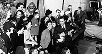 GEORGE FORMBY UK music-hall artist entertains Londoners sheltering from German bombing in  Aldwych underground station Stock Photo
