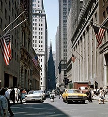 1960s VIEW DOWN WALL STREET TO TRINITY CHURCH DOWNTOWN MANHATTAN NEW YORK CITY USA Stock Photo