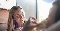 Giovane donna seduta al cafe, mangiare il pranzo Immagini Stock